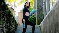 <p>Di usia 'kepala empat', Rima Melati Adams masih memiliki tubuh ideal. Wajar saja karena ia gemar berolah raga dan merupakan instruktur yoga juga, Bunda. (Foto: Instagram @rimamelati)</p>