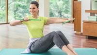 <p>Selain yoga, Rima Melati Adams juga membuka kelas poundfit. <em>Body goals</em> banget ya, Bunda? (Foto: Instagram @rimamelati)</p>