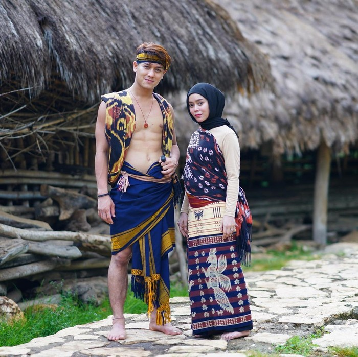 Siapa sangka berawal dari perjodohan netizen, keduanya kini benar akan segera melangsungkan pernikahannya. Pertunangan mereka pun sudah diumumkan akan digelar 13 Juni mendatang. Wah congratz yaaa Lesti dan Billar. (Foto:Instagram.com/rizkybillar)