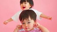 <p>Kecil-kecil, Zayn dan Zunaira sudah jadi model baju, menggemaskan banget ya Bun? (Foto: Instagram @syahnazs)</p>