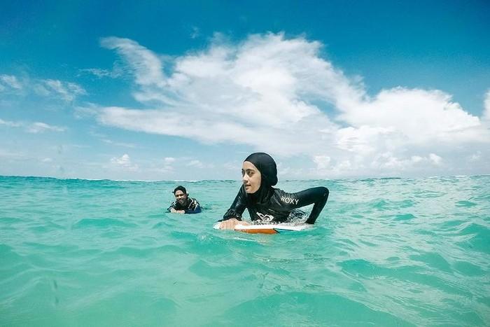 Tinggal di Bali membuat pasangan Ayudia Bing Slamet dan Ditto bebas mengeksplor olahraga. Mulai dari berlari, renang, hingga berselancar/Sumber/Instagram/dittopercussion.