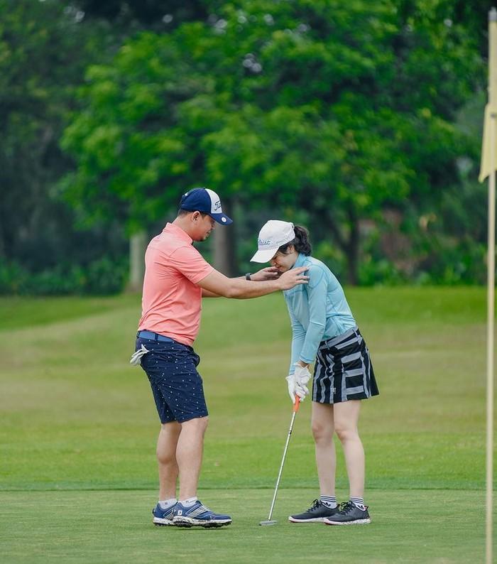 Tren olahraga golf turut diikuti oleh presenter Surya Insomnia bersama sang istri pesinetron Tyara Renata. Selama bermain golf mereka saling membantu dalam permainan/Sumber/Instagram/suryainsomnia.