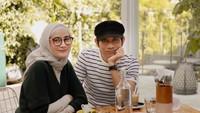 <p>Mohammad Tria Ramadhani, atau yang dikenal sebagai Tria vokalis band The Changcuters, menikah dengan seorang hijabers bernama Dhatu Rembulan pada 2012 silam, Bunda. (Foto: Instagram @dhaturembulan)</p>