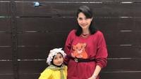 <p>Istri Aden Bajaj sangat menyayangi putri sulungnya, Bunda. Tengok saja potret kompak Shaka dengan ibunda. Bikin gemas! (Foto: Instagram: @shynta.fitri)</p>