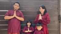 <p>Komedian Aden Bajaj menikah dengan pujaan hatinya, Shinta Fitria, di Depok pada 2014 silam. Dari pernikahan itu, mereka dikaruniai dua anak yang diberi nama Shaka Samara Denta dan Raden Rakha Ananta Denta. (Foto: Instagram: @shynta.fitri)</p>