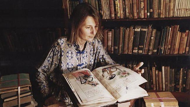 Elizabeth Inandiak adalah salah satu orang yang berjasa dalam proses alih bahasa Serat Centhini dari naskah aksara Jawa menjadi buku berbahasa Indonesia.