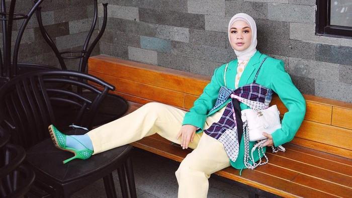 3 Inspirasi OOTD Hijab Tantri Namirah Menggunakan Blazer