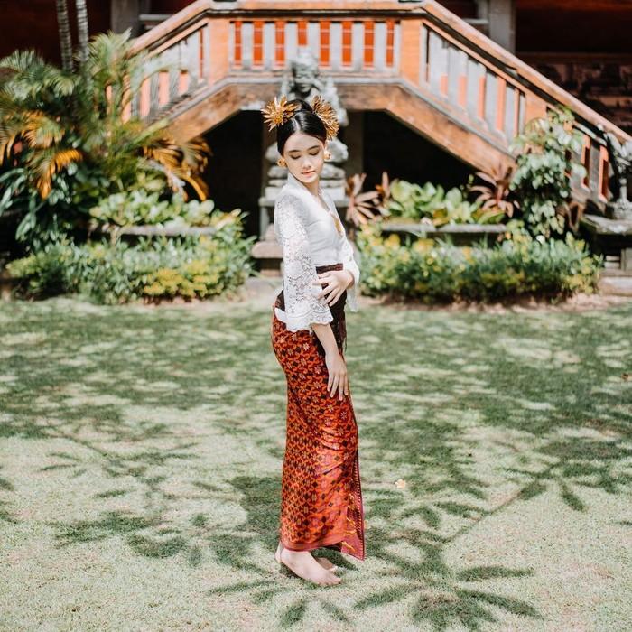 Gadis cantik kelahiran Bali, 5 Oktober 2006 silam ini terlihat memesona ketika mengenakan pakaian adat bali. Walau terlihat lebih dewasa, namun tetap saja wajah imutnya ketika mengenakan pakaian adat tersebut tak terhindarkan. (Instagram.com/ciarachelfx)