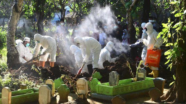 Kala mendengar kabar duka kerabat meninggal akibat Covid-19, banyak keluarga Muslim di Malaysia hilang arah. Sekelompok relawan pun membantu mengurus pemakaman.