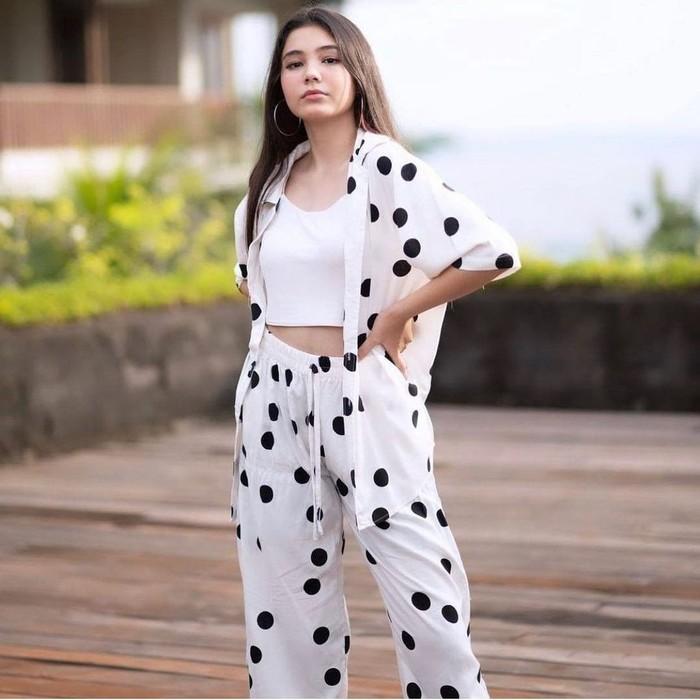 Nama Lea Ciarachel tengah menjadi sorotan usai membintangi sinetron terbaruSuara Hati Istridisalah satu stasiun televisi swasta, Indosiar. Ia yang baru berusia 15 tahun melakoni peran sebagai Zahra yang telah berusia 17 tahun. (Instagram.com/ciarachelfx)