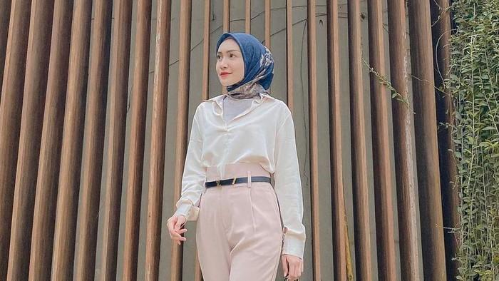5 Ide Outfit Hijab Simpel untuk ke Kantor, Tampil Lebih Fresh dan Elegan