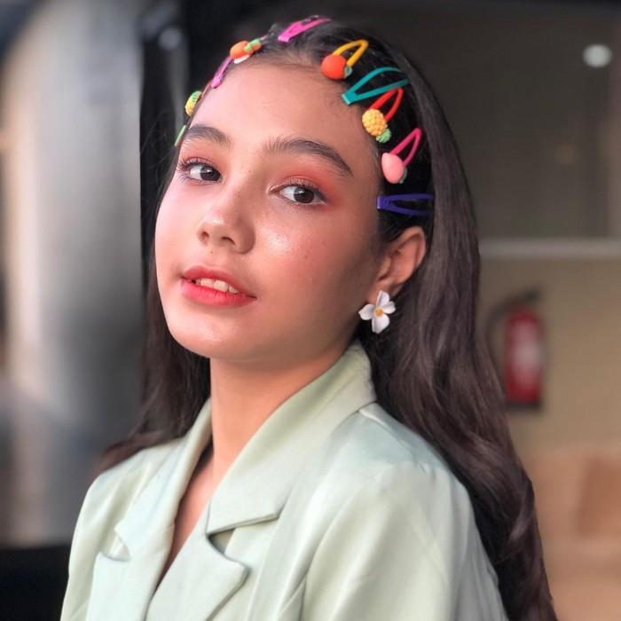 Sosok gadis remaja begitu tergambar dari wajahnya yang terlihat baby face. Dalam salah satu unggahan, ia membagikan potretnya yang terlihat begitu cute dengan rambut tergerai yang dipenuhi penjepit rambut karakter buah. (Instagram.com/ciarachelfx)