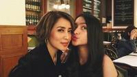 <p>Seperti sahabatan, istri dan putri bungsu Dede Yusuf <em>hang out</em> bareng nih. (Foto: Instagram @sendyyusuf)</p>