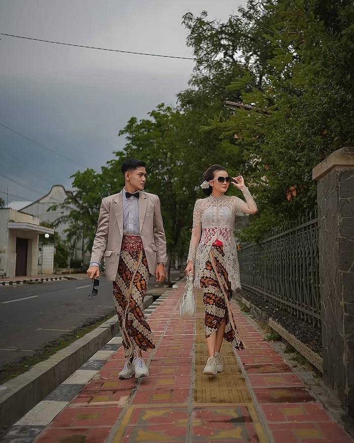 Tak hanya penampilan akad atau resepsi, konsep pre wedding juga bisa dengan menggunakan kebaya batik khas Indonesia. Kamu bisa memadukan dengan atribut seperti kacamata hitam, jas, sneakers dan dasi kupu-kupu. (Foto: instagram.com/preweddingkeren/)