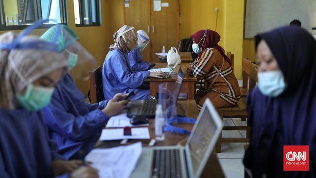 Tidak hanya warga ber-KTP DKI, masyarakat yang sekadar bekerja di Jakarta juga bisa mendapat vaksin dengan membawa keterangan domisili dari RT/RW.