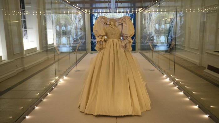 Kisah Miris, Perempuan Yang Datang ke Pemakaman Calon Suami dengan Gaun Pengantin