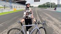 <p>Istri Tommy Kurniawan, Lisya Nurrahmi, ternyata hobi bersepeda nih, Bunda. Ia bahkan kerap membagikan kegiatan saat berolahraga. (Foto: Instagram: @lisyanurrahmii)</p>