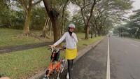 <p>Meski sedang berolahraga, Lisya tetap tampil stylish nih, Bunda. Ia juga selalu mengutamakan keselamatan dengan selalu mengenakan helm. (Foto: Instagram: @lisyanurrahmii)</p>