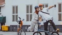 <p>Istri Tommy Kurniawan ini sangat konsisten dengan hobinya lho, Bunda. Ia bahkan bersepeda ke berbagai tempat seperti Wisata Kota Tua, Pelabuhan Sunda Kelapa, bahkan Bali. (Foto: Instagram: @lisyanurrahmii)</p>