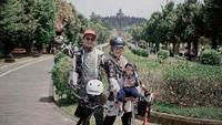 <p>Saat mengunjungi Candi Borobudur di Magelang, Lisya dan Tommy turut mengajak Si Kecil bersepeda. Menggemaskan banget ya, Bunda? (Foto: Instagram: @lisyanurrahmii)</p>