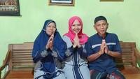<p>Bunda ingat dengan Raeni? Alumni Universitas Negeri Semarang ini menjadi sorotan karenaia diantar wisuda oleh bapaknya menggunakan becak dari Kendal ke Semarang pada 2014 lalu. (Foto: Instagram @raeni_raeni)</p>