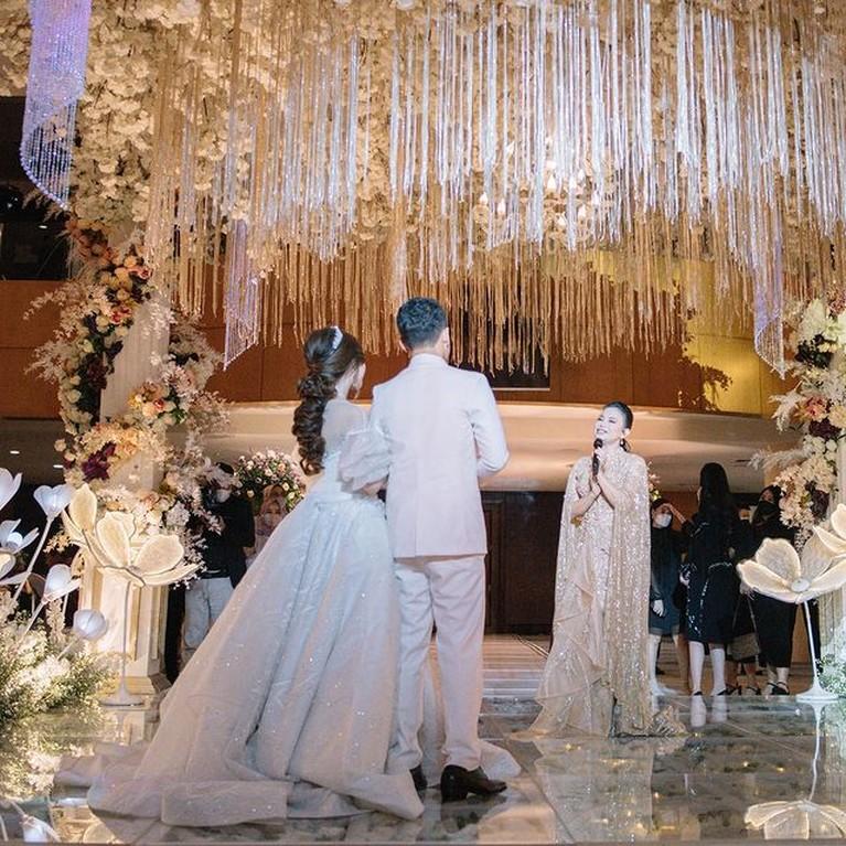 Resepsi mewah pernikahan seorang selebgram yang merangkap jadi beauty vlogger bernama Nanda Arsynta viral. Yuk kita intip!
