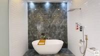 <p>Wirda Mansur juga memiliki kamar mandi yang terlihat fancy. Terlihat dalam gambar, kamar mandinya dilengkapi bathtub dan shower yang tak kalah aestetik. (Foto: YouTube Wirda Mansur)</p>