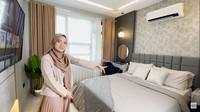 <p>Dalam kamar tidurnya, putri sulung Ustaz Yusuf Mansur ini juga menempatkan satu televisi menghadap ke tempat tidur. (Foto: YouTube Wirda Mansur)</p>