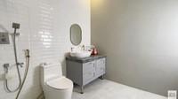 <p>Kamar mandinya tampak luas, Bunda. Wirda memilih warna putih dan abu-abu untuk membuatnya tampak lebih elegan. (Foto: YouTube Wirda Mansur)</p>