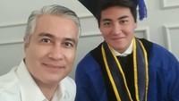 <p>Nah, ini foto bersama sang ayah, Adjie Pangestu, saat Rafi wisuda sarjana pada September 2020. Selain Adjie, Annisa dan Sultan Djorghi juga hadir dan pose bersama, Bunda. (Foto: Instagram @adjiepangestu)</p>