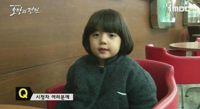 Kim Kang Hoon lahir pada tanggal 7 Juni 2009. Namanya dikenal sebagai aktor cilik, ketika membintangi drama Pride and Prejudice pada tahun 2014. Saat itu usianya baru menginjak lima tahun / pintereset.com/bebefatraw