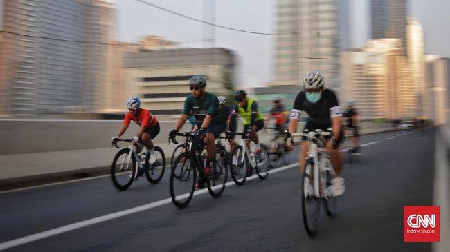 Jalan Layang Non-Tol (JLNT) Cassablanca sebagai jalur khusus sepeda balap (road bike) jadi polemik. Kebijakan tersebut disebut belum final.