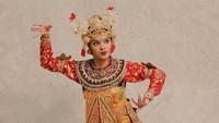 """<p>Selama menggeluti seni tari, salah satu pengalaman paling berkesan bagi Syandria adalah saat menari di depan Raja Kamboja. """"Diajak Eayang Guruh, tahun 2019 kalau enggak salah,"""" katanya. (Foto: Instagram @syandria)</p>"""