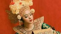 """<p>Syandria dikenalkan dengan seni tari oleh Guruh Soekarnoputra, yang tak lain adik dari sang kakek, Guntur Soekarnoputra. """"Awalnya tarian kreasi Eyang Guruh, tarian Manuk Dadali,"""" ucapnya, dikutip dari <em>Venna Melinda Channel</em>. (Foto: Instagram @syandria)</p>"""