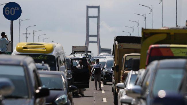 Seorang warga menantang duel petugas yang menjaga jembatan Suramadu lantaran enggan menjalani tes swab saat menuju Surabaya.