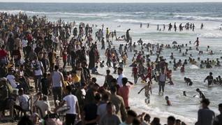 FOTO: Tamasya Warga Gaza ke Pantai Laut Mediterania