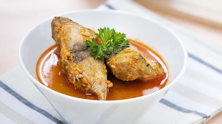 Asam Pedas (Indonesian: Asam Pedas, Malay: Asam Pedas, Minangkabau: Asam Padeh, English: Sour and Spicy) is a Minangkabau and Malay sour and spicy stew dish. Besides being popular in Indonesia.