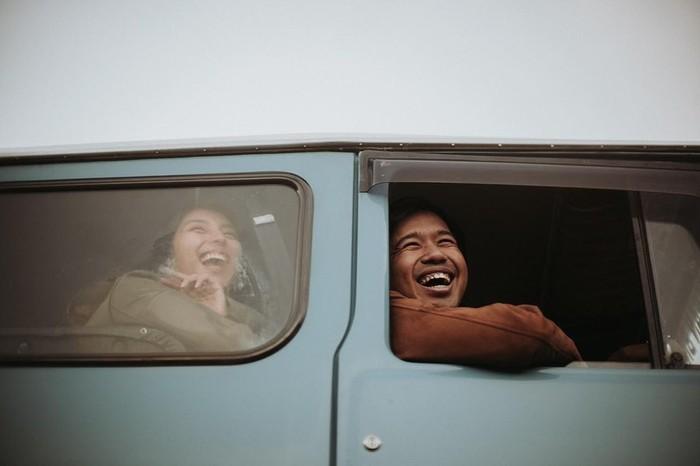 Dalam setiap momen, pancaran rona bahagia keduanya terlihat begitu jelas. Seperti salah satu potretnya, Jojo dan Clairine tengah berada dalam mobil yang sama dan tampak tertawa bersama. (Instagram.com/jojosuherman)