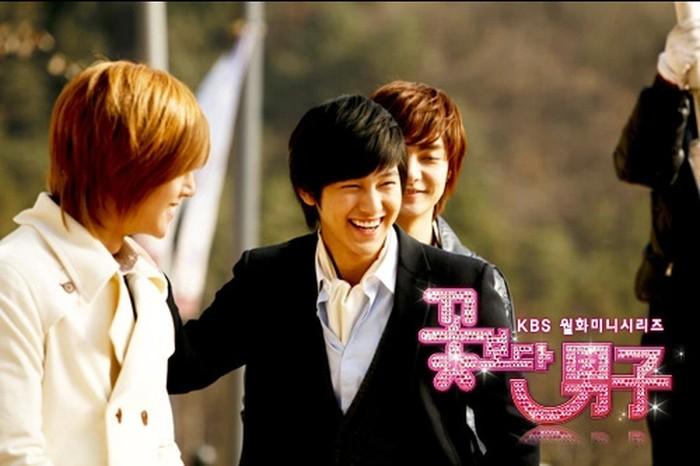Dari keempat anggota F4 dalam drama Boys Before Flowers, Kim Bum jadi yang paling playboy diantara teman-temannya. Bayangin aja, So Yi Jung yang masih duduk di bangku SMA ini sukses menggaet hati banyak perempuan bahkan yang lebih tua / foto: kbs.co.kr