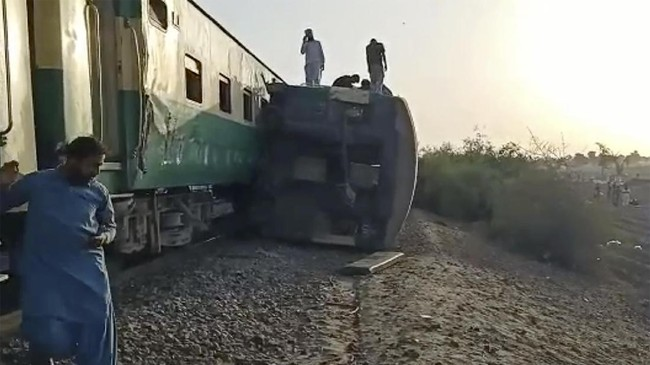 Dua kereta api bertabrakan di Pakistan hingga mengakibatkanya sedikitnya 30 orang tewas, Senin (7/6).