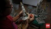 Limbah kertas bisa dijadikan kerajinan tangan bernilai ekonomi tinggi seperti yang dilakukan Sugito di Pesanggrahan, Jakarta Selatan. Berikut gambarannya.