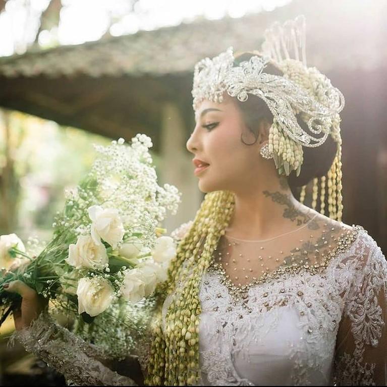 Alfath Fathier telah resmi menikahi Nadia Christina. Yuk kita intip momen pernikahan mereka!