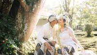 <p>Pernikahan Alfath Fathier dan Nadia Christina mengusung tema adat Sunda seperti yang terlihat dari busana mereka. Alfath tampak mencium sang istri dengan penuh cinta. (Foto: Instagram: @__nadiachristina)</p>