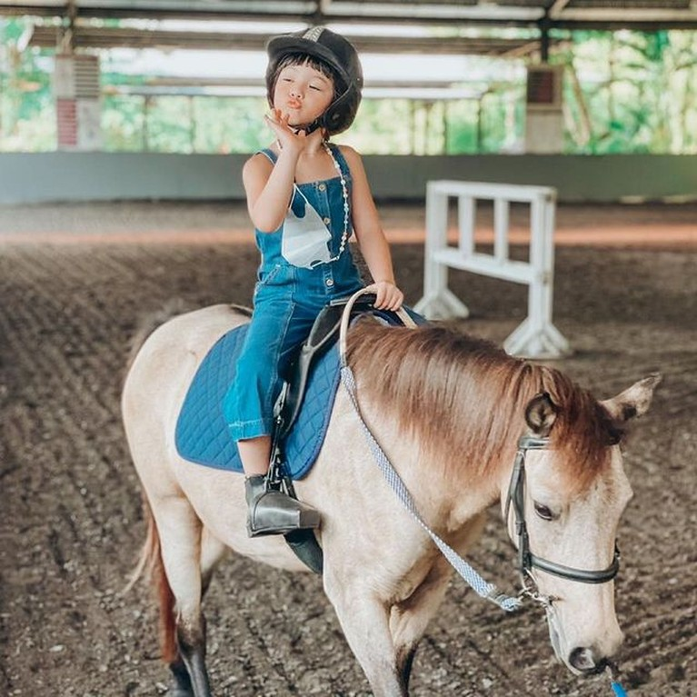 Gempi menikmati sesi berkuda saat liburan ke Bali bareng Gisel. Yuk kita intip potret Gempi saat berkuda!