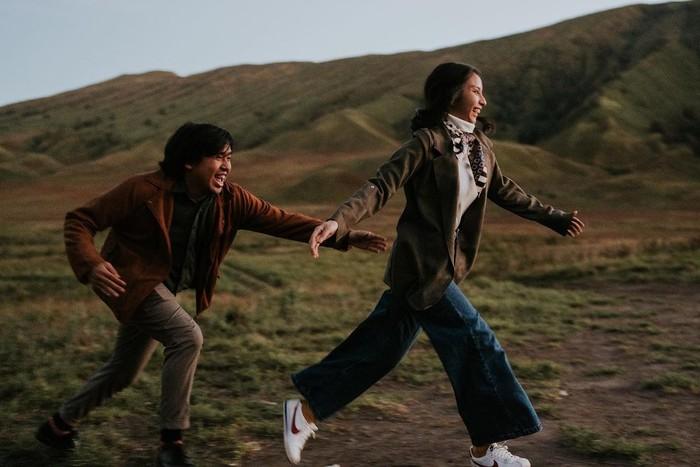 Selain itu, ada juga potretnya ketika berada di Bromo yang sukses bikin baper! Dalam foto tersebut, Joshua terlihat mengejar kekasihnya yang sedang berlari. (Instagram.com/jojosuherman)