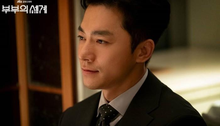 Selain Lee Tae Oh, tokoh Son Jae Hyuk yang diperankan oleh Kim Young Min dalam drama The World of the Married ini juga ngeselin abis. Sangking playboynya, ia masih ga bisa berhenti godain cewek-cewek walaupun sudah beristri / foto: instagram.com/jtbcdrama