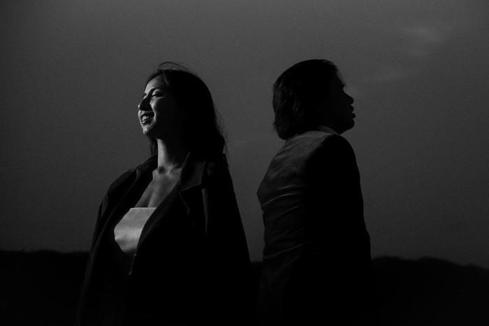 Terlihat begitu syahdu! Joshua Suherman dan Clairine Clay berpose saling membelakangi ditambah dengan nuansa black and white dalam foto tersebut. Meski begitu terlihat wajah Clairine yang begitu memesona. (Instagram.com/jojosuherman)