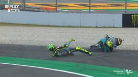 VIDEO: Rossi dan Marquez Kompak Jatuh di MotoGP Catalunya