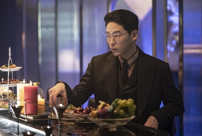 Villain ikonik dalam drama The Penthouse, Joo Dan Tae, yang diperankan oleh Uhm Ki Joon ini selain sukses sebagai pebisnis, juga sukses sebagai playboy. Tidak tanggung-tanggung, ia terlibat dengan empat tokoh wanita sekaligus! / foto: sbs drama official