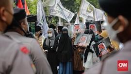 FOTO: Luapan Emosi Batal Haji di Depan Kedubes Saudi